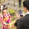 大阪 七五三 出張撮影 スマートフォンで娘を撮影する父